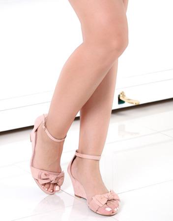 Różowe sandały na koturnie - Obuwie