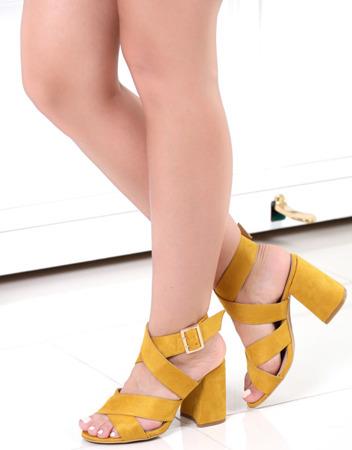 Żółte sandały na słupku- Obuwie